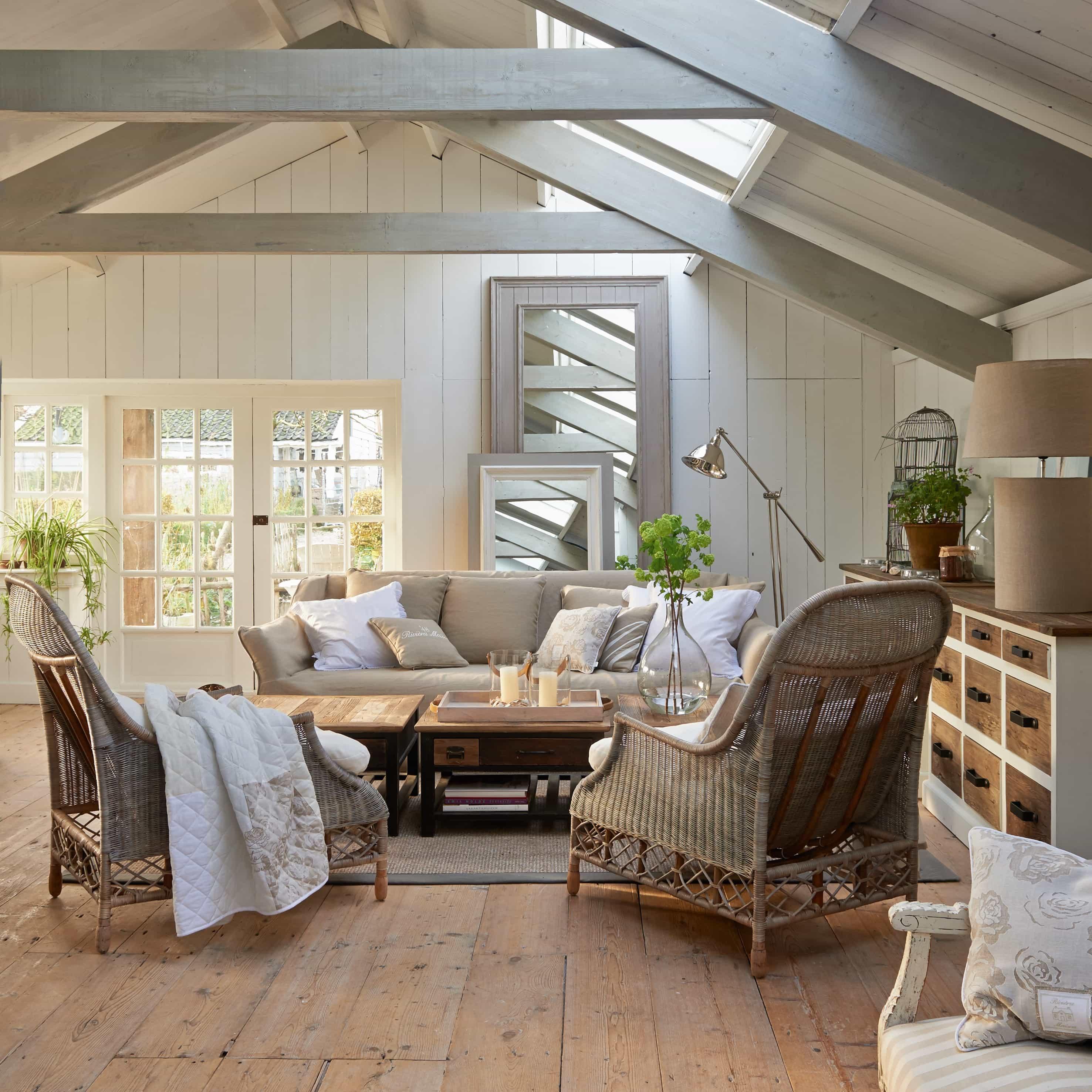 Zeigt einen grossen Raum mit Riveral Maison Möbeln